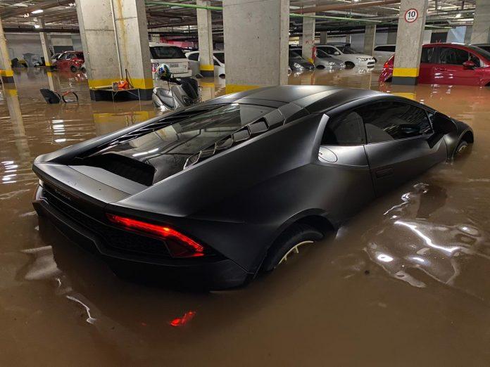 Lamborghini aparece alagada em enchente