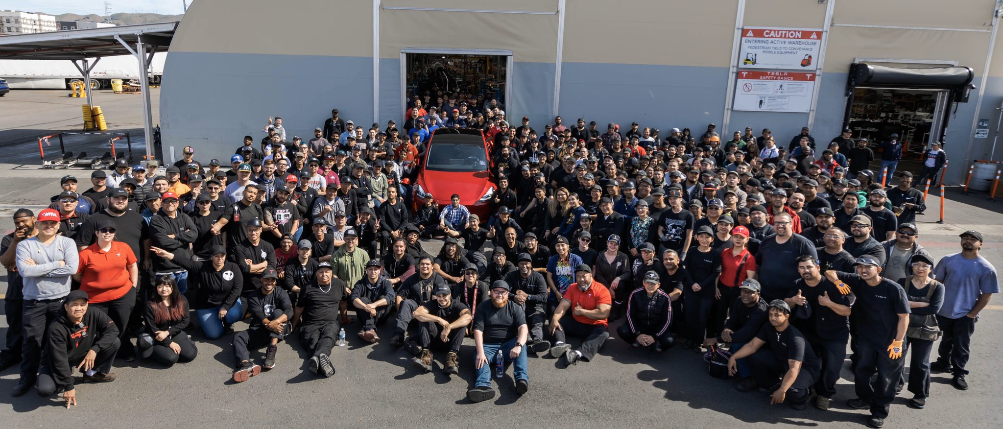 Funcionários da Tesla comemoram marca histórica