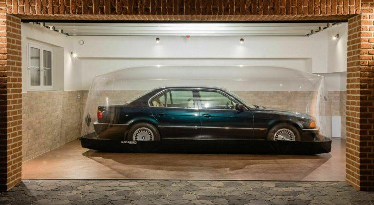 O BMW mantido em bolha foi leiloado por R$ 685 mil