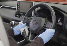 Para combater o coronavírus, é preciso hgienizar o volante