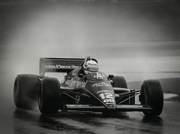 Senna em sua Lotus rumo à primeira vitória na Fórmula 1