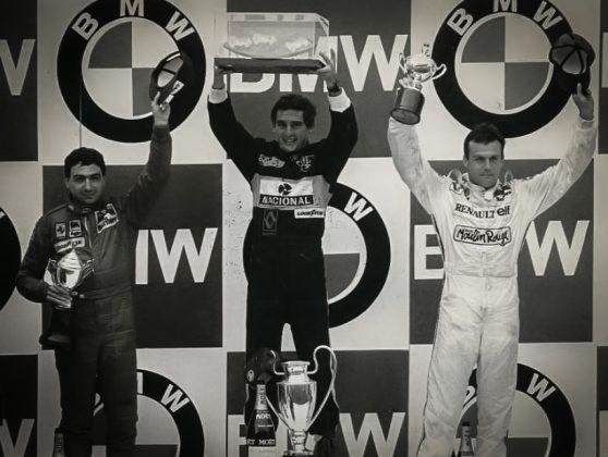 Senna no lugar mais alto do pódio após sua primeira vitória na Fómula 1 pela Lotus