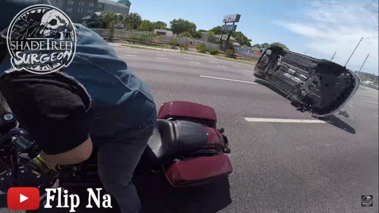 Motociclista filma capotamento que quase o atingiu