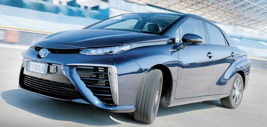 O Mirai tem linhas típicas da Toyota, com alguns toques especiais. Entre eles, as partes pretas do pára-choque dianteiro, que escondem tomadas de ar: o trem de força produz eletricidade fazendo o hidrogênio reagir com o oxigênio obtido por ali