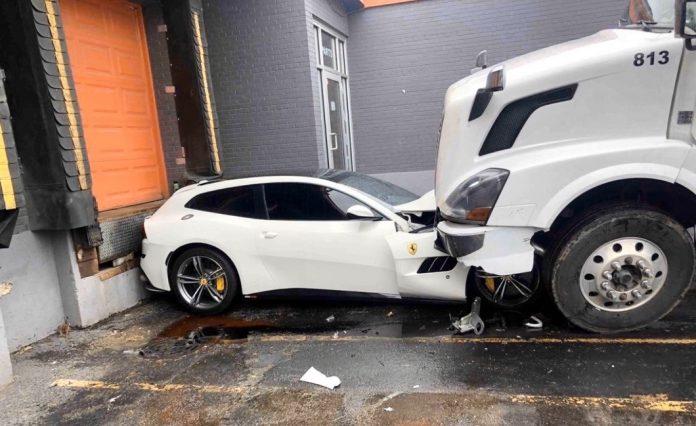 Caminhoneiro se revoltou e destruiu a Ferrari do chefe