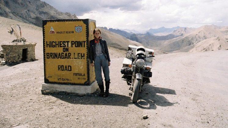 Aventureira lembra volta ao mundo de moto em 1982
