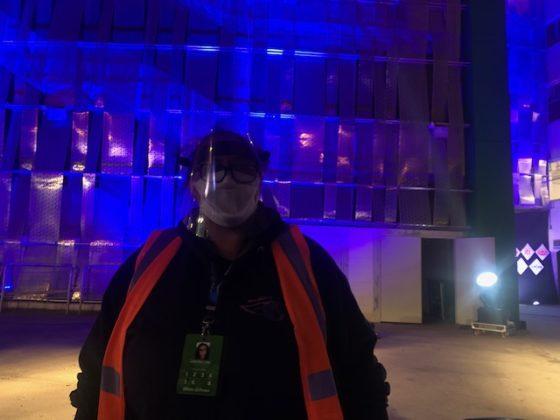 Funcionário protegido auxilia a chegada ao drive-in do Allianz Parque