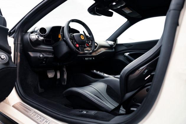 O interior da Ferrari F8 Tributo da Novitec pode exibir detalhes em couro ou Alcantara