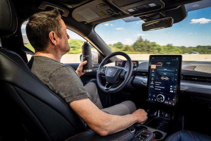 Ford apresentou tecnologia que permite dirigir sem as mãos