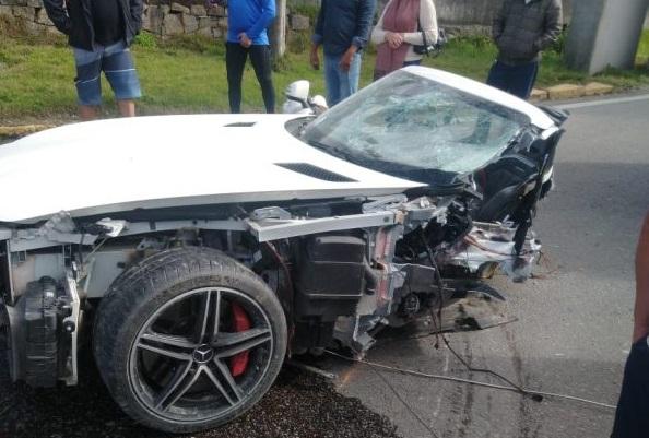 o Mercedes AMG GT se partiu ao meio em acidente fatal que aconteceu neste domingo em Biguaçu (SC). Foto: PRF/Divulgação