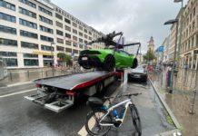 Lamborghini é guinchado por ocupar vaga de elétrico na Alemanha