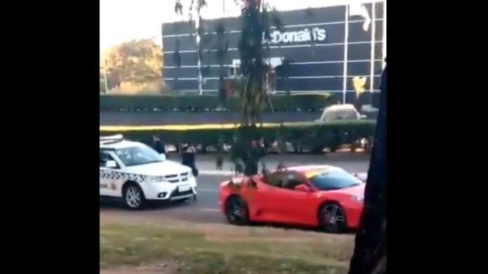 Imagem mostra o momento em que a PM aborda a Ferrari que avançou sinal vermelho