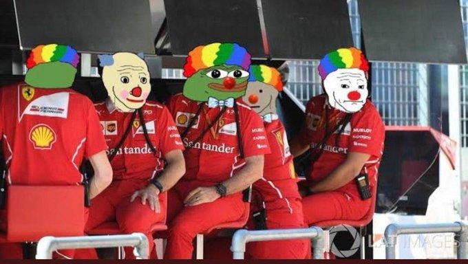 Equipe Ferrari observando a volta de Leclerc e Vettel após uma volta