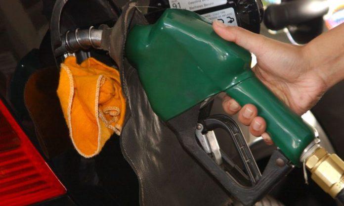 A Petrobras informou nesta quarta-feira que vai reduzir em média o preço da gasolina em 3% a partir de amanhã nas refinarias
