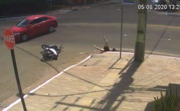 Cãmera registra momento exato em que motociclista cai em bueiro após acidente