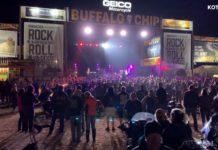 Smash Mouth toca para milhares de pessoas sem máscara e sem distanciamento social em encontro de motociclistas nos EUA. Foto: Reprodução