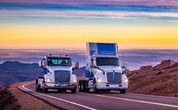 Caminhões vencem a subida de montanha Pikes Peak