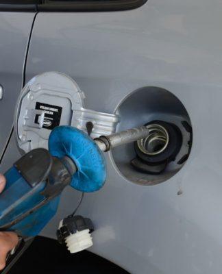 Preço da gasolina caiu na refinaria, mas queda não deve aparecer imediatamente para o consumidor final