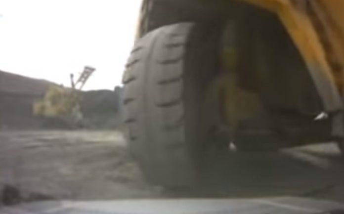 Caminhão gigante esmaga SUV por acidente; veja o vídeo